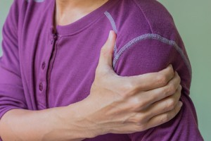 Smoking may increase the risk of symptomatic rotator cuff disease