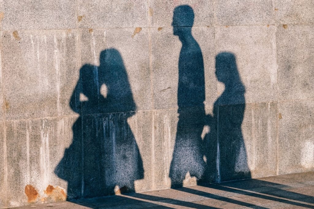 This study highlights the need for greater surveillance and support for marginalised families,so that early intervention can be offered in the event of development of a psychiatric disorder.
