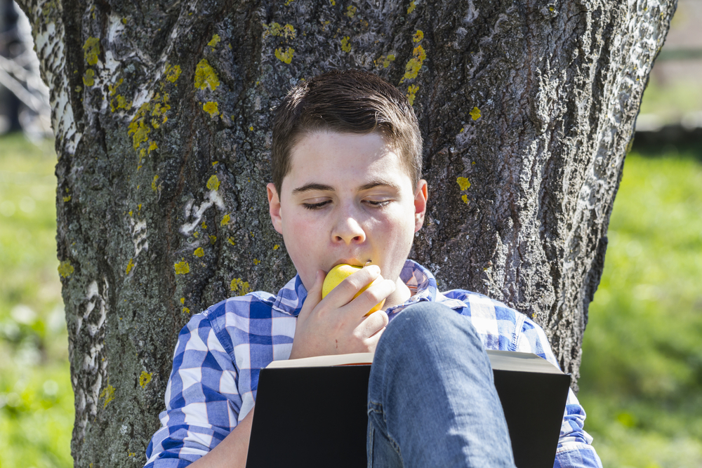 Reading for pleasure is associated with increased fruit consumption, but also with decreased physical activity.