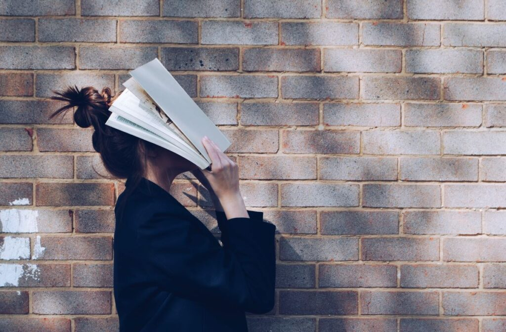 Previous evidence showed a link between reading deficits and mental illnesses, however the degree of impairment is yet to be established.
